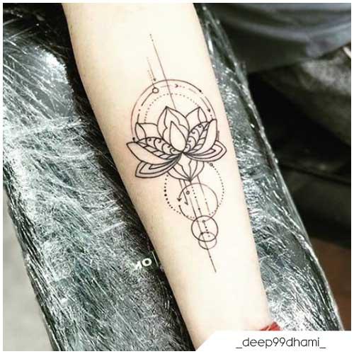 Tatuaggio fiore di loto geometrico
