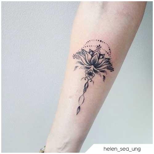 Tatuaggio fiore di loto arco