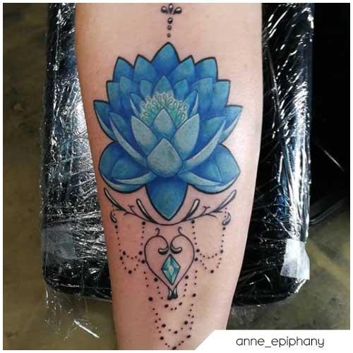 Tatuaggio fiore di loto azzurro