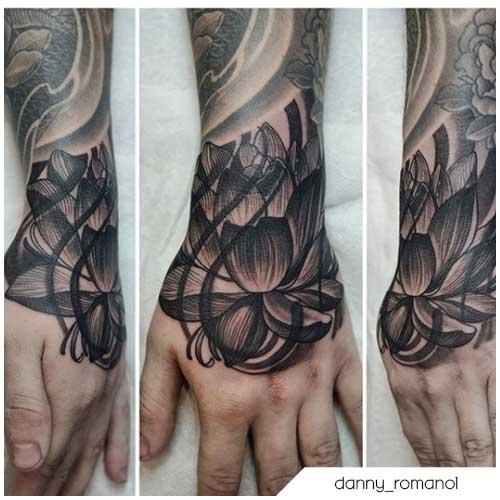 tatuaje flor de loto blackwork