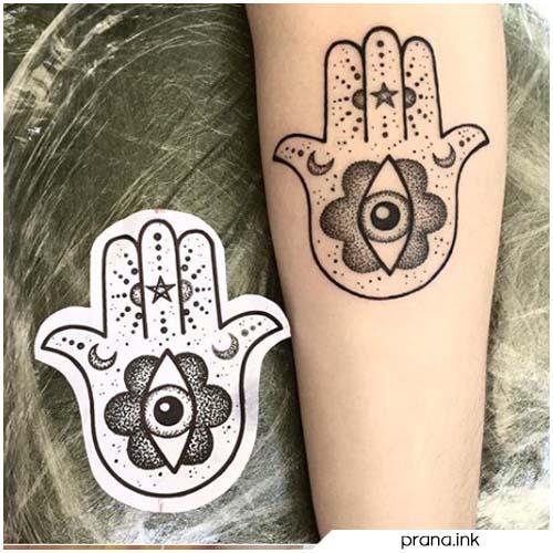 Tatuaggio mano di Fatima minimalista