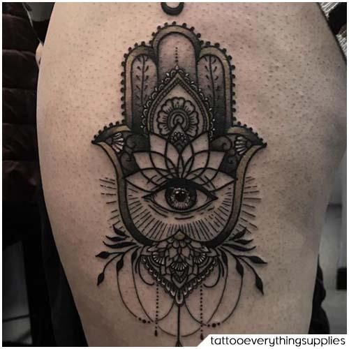 Tatuaggio mano di Hamsa blackwork