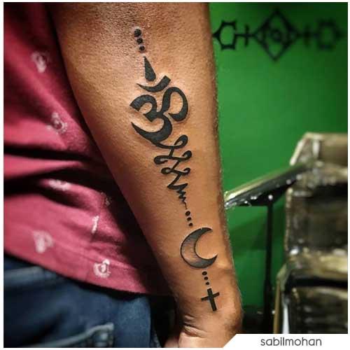 Om Tattoo con unalome e luna