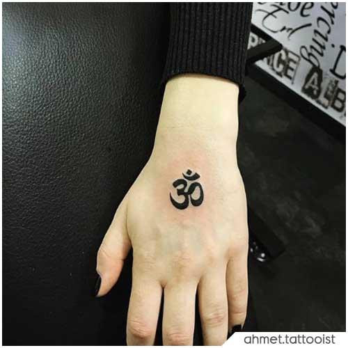 Om Tattoo dorso mano