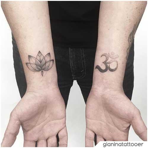 Om Tattoo e fiore di loto sui polsi