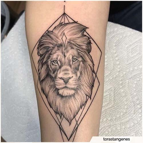 tattoo leone blackwork