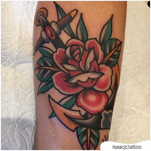 Tatuaggio ancora con rosa