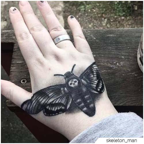 Tatuaggio Falena blackwork mano