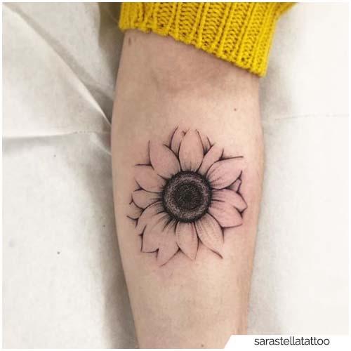 Tatuaje de girasol Blackwork semi-realista