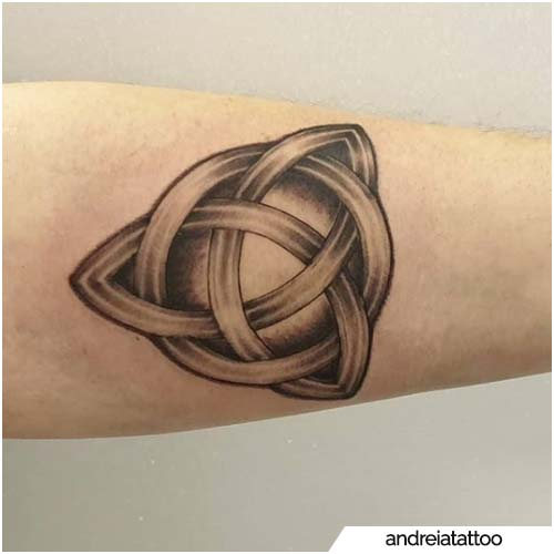 tattoo triquetra decorato