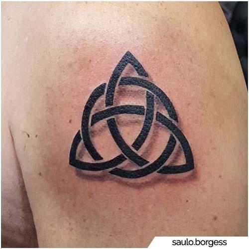 tatuaggio semi realistico triquetra