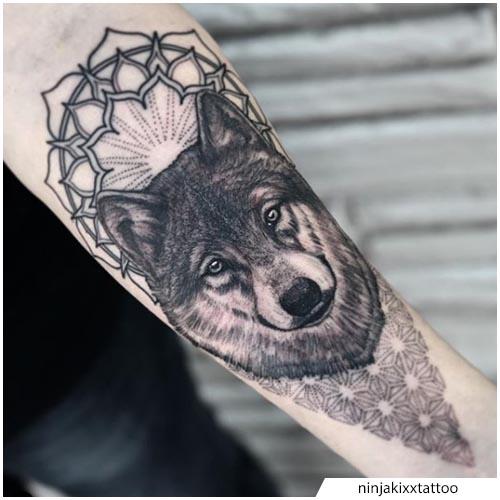 tatuaggio lupo geometrico avambraccio
