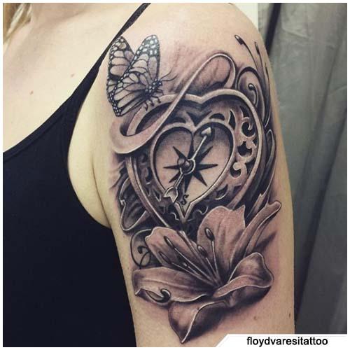 tatuaje de brújula de corazón