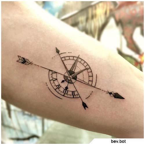 brújula y flecha tatuaje