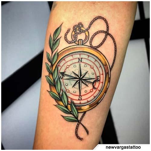 tatuaje de la brújula de laurel