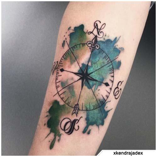 tatuaje de brújula verde y azul