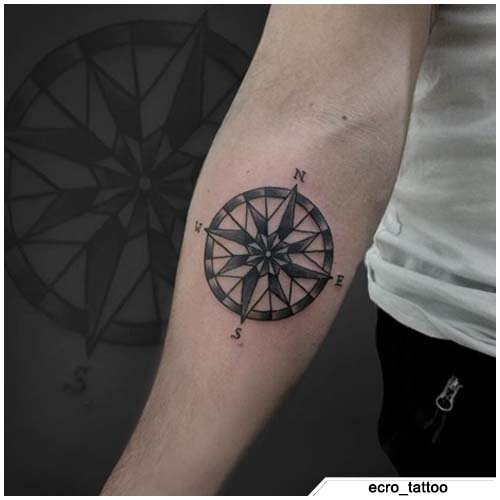 tatuaje de brújula de antebrazo blanco y negro