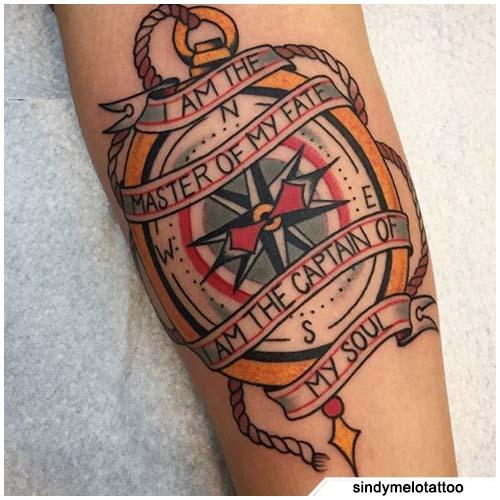 Tatuaje de brújula de la vieja escuela con letras