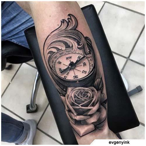tatuaggio bussola realistico decorato