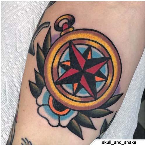 tatuaje de brújula tradicional