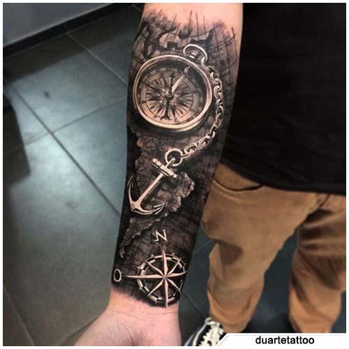 tatuaggio bussola iper realistico ancora
