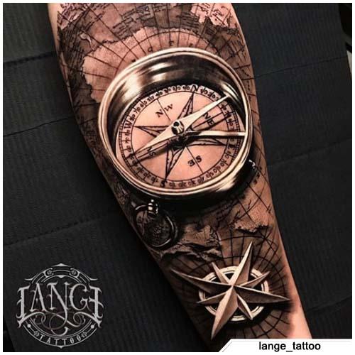 tatuaggio bussola iper realistico