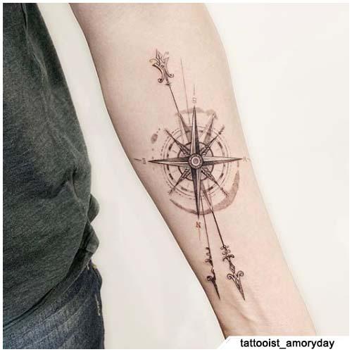 tatuaggio bussola frecce avambraccio
