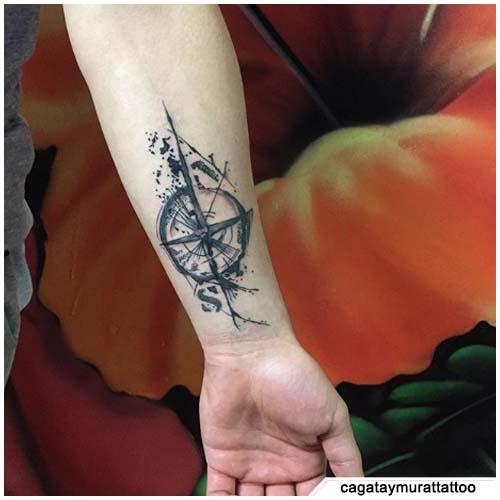 tatuaje de brújula de muñeca blackwork