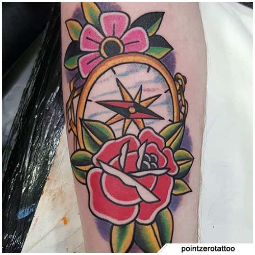 tatuaggio bussola rose e fiori