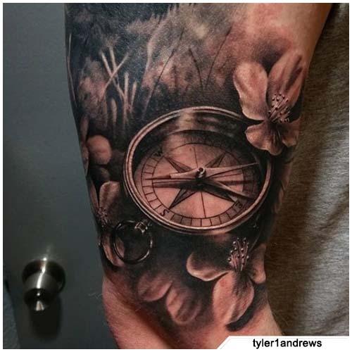 tatuaje de brújula realista con flores