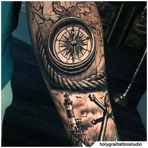 tatuaggio bussola realistico nautico