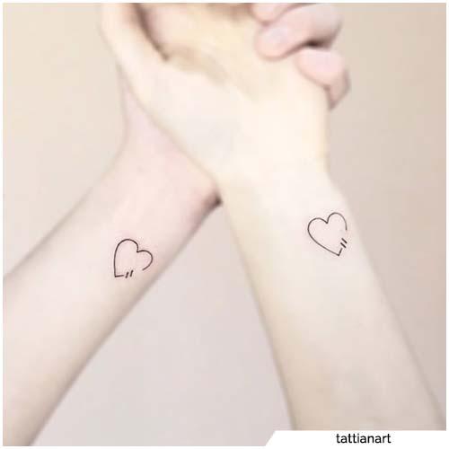 tatuajes para parejas muñeca minimal corazones