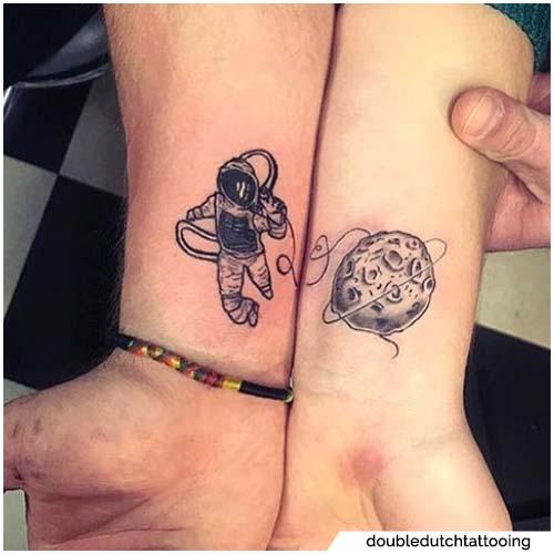 tatuaje de luna y astronauta pareja