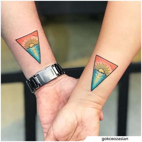tatuajes de puesta de sol de dos triángulos