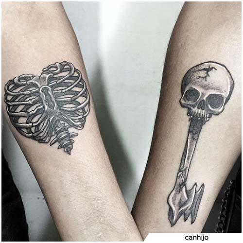 pareja oscura candado y tatuajes clave