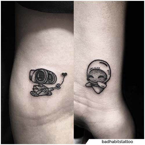 pareja tatuajes pared e