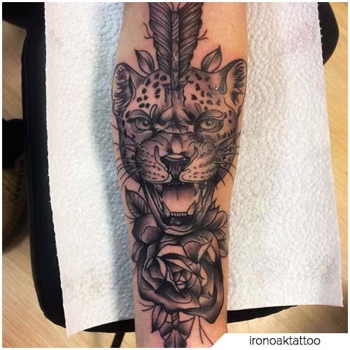 tatuaje de leopardo blanco y negro de la nueva escuela