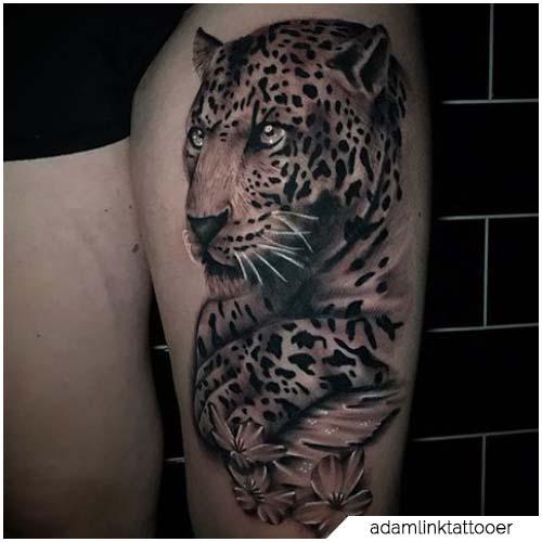 tatuaje realista de leopardo del muslo