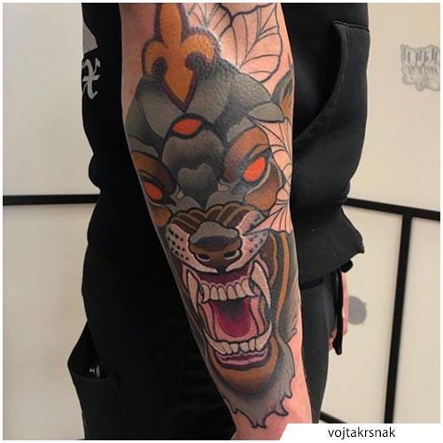 tatuaggio lupo gomito