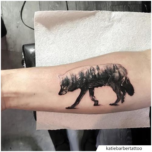 bosque contorno lobo tatuaje