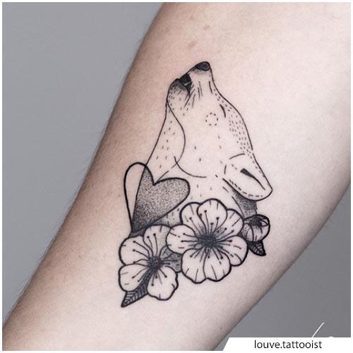 tattoo lupo fiori e cuore