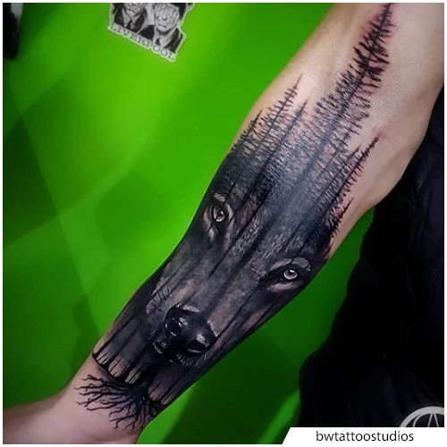 tattoo lupo foresta realistico