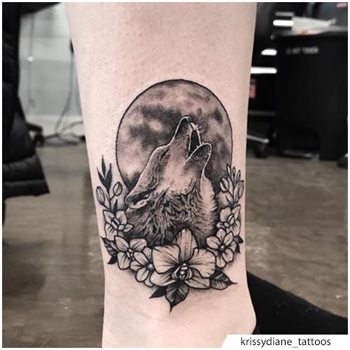 tatuaggio lupo luna e fiori