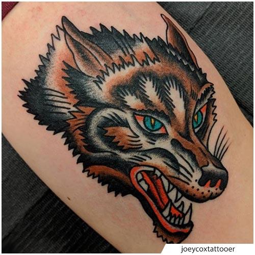 tatuaggio lupo old school coscia