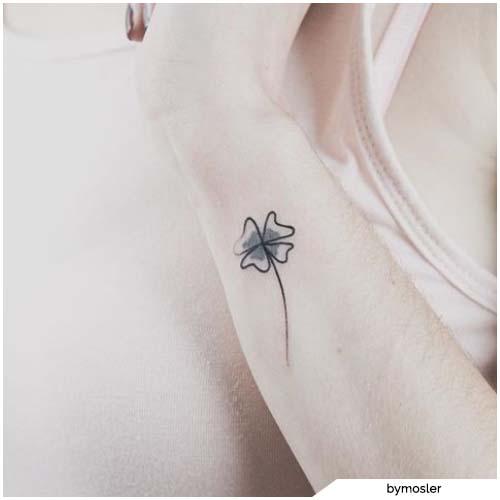tatuaggio quadrifoglio bianco e nero