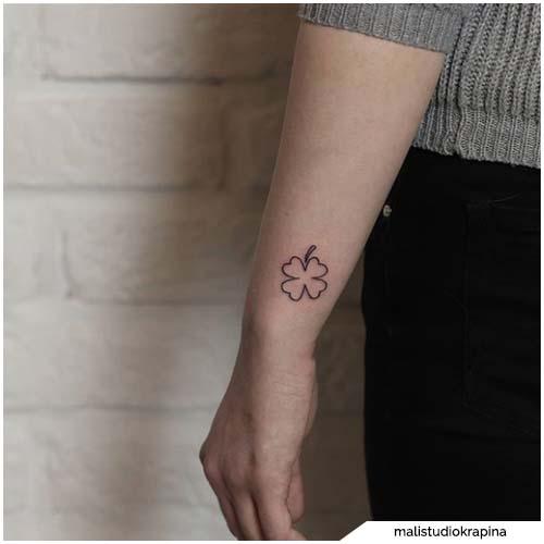 tatuaggio quadrifoglio minimal