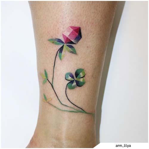 tatuaggio quadrifoglio e fiore
