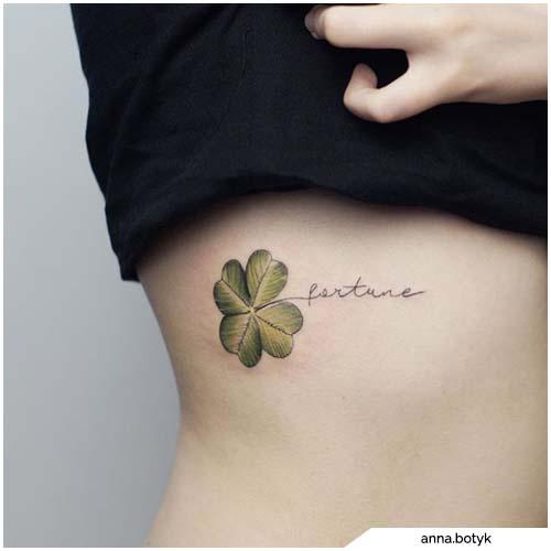 tatuaggio quadrifoglio lettering
