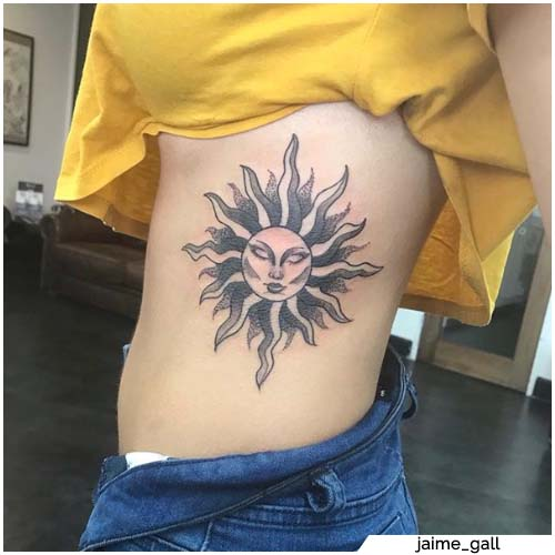tatuaggio sole costato