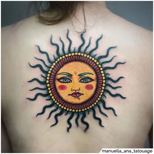 tatuaggio sole colorato schiena